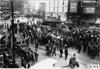 Street and crowd at start of 1909 Glidden Tour, Detroit, Mich.